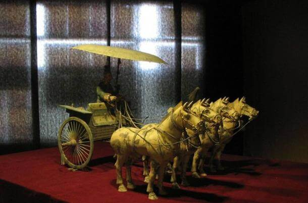 Numerous elaborate artefacts have been recovered around the site, such as this chariot and horses found outside of the tomb mound. (Tomasz Sienicki / CC BY 1.0)